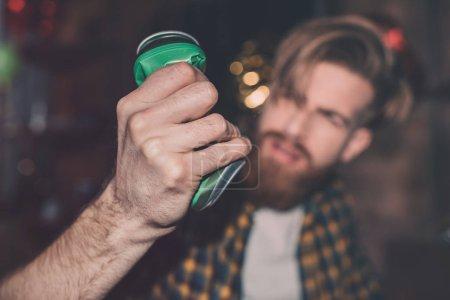 Foto de Hombre borracho con verde puede en parte, enfoque en primer plano - Imagen libre de derechos