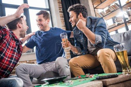 Foto de Excitaron a hombres jóvenes jugando el juego de la ruleta. jóvenes que se divierten concepto - Imagen libre de derechos