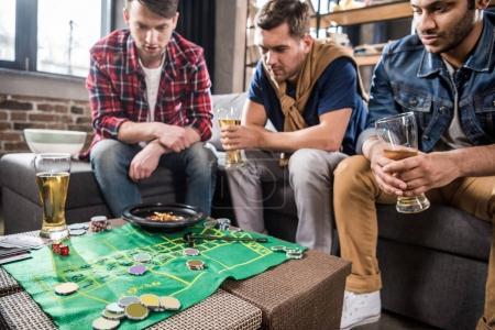Foto de Jóvenes jugando el juego de la ruleta. jóvenes que se divierten concepto - Imagen libre de derechos
