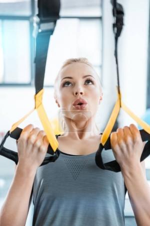 Photo pour Blonde fitness femme entraînement avec trx sangles de fitness - image libre de droit