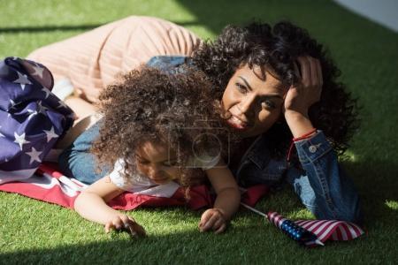 femme avec fille sur drapeau américain