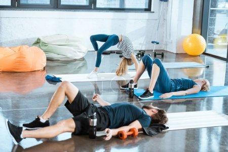 Foto de Gente que hace gimnasia, puente realizar chica pose en el gimnasio - Imagen libre de derechos