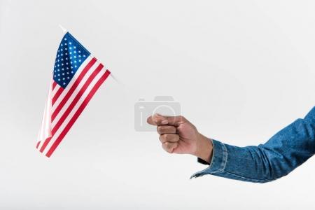 Photo pour Main de gros plan d'african american girl tenant le drapeau américain sur bâton - image libre de droit