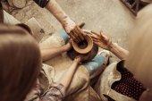 Letecké snímky holčičku tvorba keramiky na kole s pomoci prarodičů v dílně