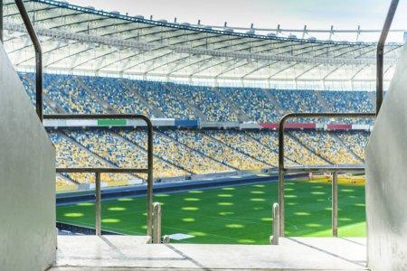 Photo pour Rangées de sièges de stade jaune et bleu sur le stade de football de champ - image libre de droit