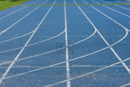 Photo pour Vue rapprochée de la piste de course bleue sur le stade olympique - image libre de droit