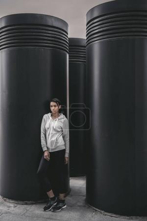 Photo pour Vue sur toute la longueur femme belle jeune fitness Sportswear posant sur le stade - image libre de droit