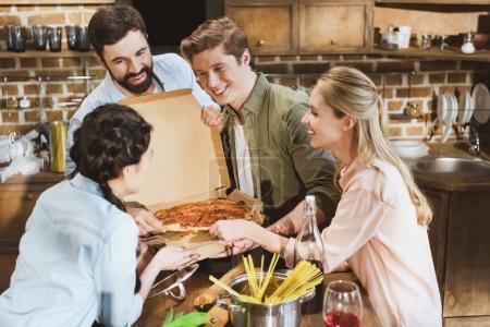 Photo pour Jeunes faisant la fête, mangeant des pizzas à la maison - image libre de droit