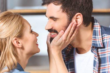 Jeune étreinte amoureuse du couple