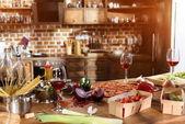 """Постер, картина, фотообои """"Пицца, вино и овощи, готовые к вечеринке"""""""