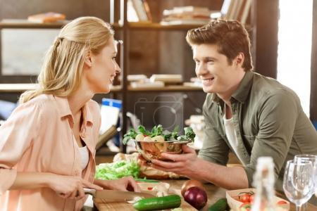 Photo pour Jeune couple aimant dîner et converser - image libre de droit