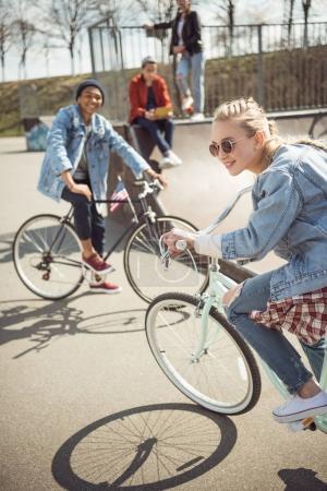Foto de Adolescentes que se divierten y andar en bicicleta en el parque de skateboard, concepto de bicicleta caballo ciudad - Imagen libre de derechos