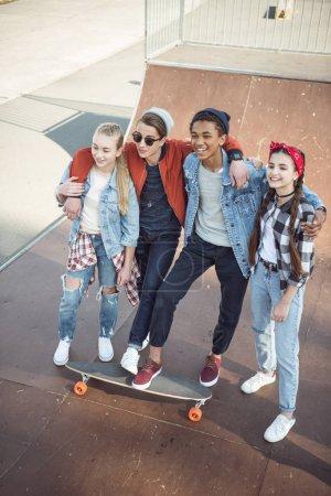 Photo pour Les adolescents passent du temps au parc de skateboard, les adolescents ayant un concept amusant - image libre de droit