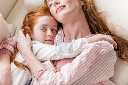 Photo pour Mère sensuelle et petite fille se serrant dans leurs bras - image libre de droit