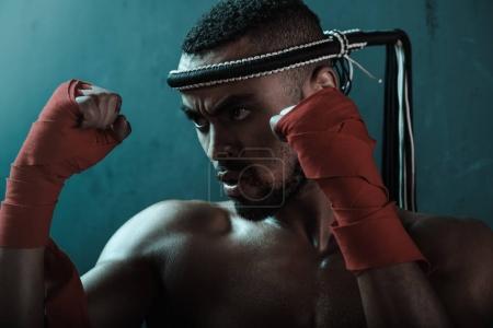 Photo pour Gros plan portrait du jeune boxeur agressif Muay thai entraînement boxe thaï, concept de sport d'action - image libre de droit