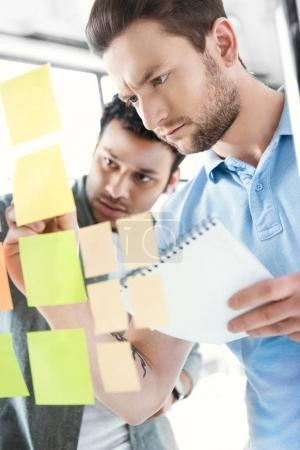 Photo pour Hommes d'affaires occasionnels travaillant sur un nouveau projet au bureau moderne, travail d'équipe d'affaires - image libre de droit