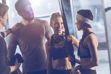 Photo pour Portrait de groupe de personnes sportive près trx équipement gym - image libre de droit