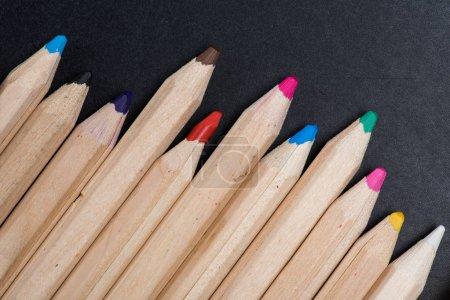 Photo pour Vue rapprochée de l'ensemble des crayons de couleur en bois sur noir - image libre de droit