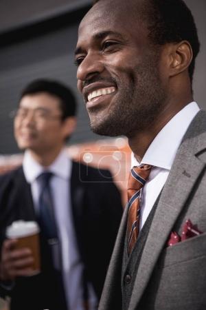 Photo pour Réunion d'équipe jeunes souriants multiethniques hommes d'affaires réunis à la pause café en plein air, entreprise - image libre de droit
