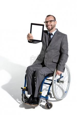 Körperbehinderter Geschäftsmann mit digitalem Tablet