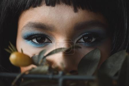 Photo pour Foyer sélectif de la femme avec un maquillage lumineux en regardant la caméra - image libre de droit