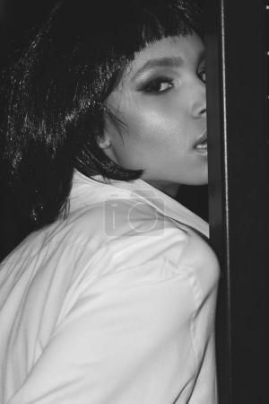 Foto de Retrato en blanco y negro de mujer seductora mirando a la cámara - Imagen libre de derechos