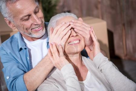 Photo pour Gros plan portrait d'un homme âgé heureux fermant les yeux d'une femme souriante - image libre de droit