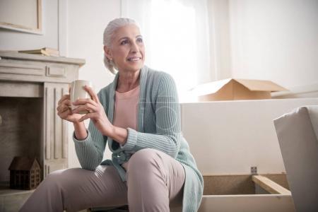 Photo pour Portrait de femme souriante, boire du café et à la recherche de suite à domicile - image libre de droit