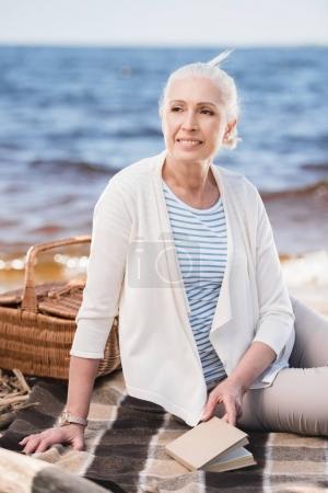 Senior Kobieta w riverside