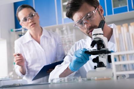 Photo pour Scientifiques de laboratoire de chimie au cours de travaux - image libre de droit