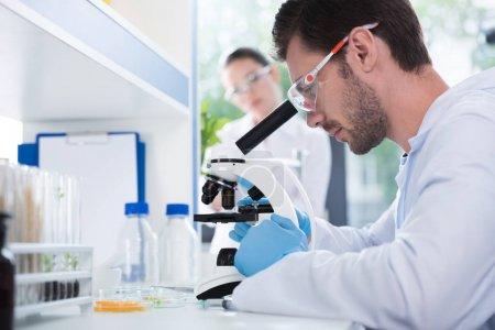 Photo pour Homme scientifique pendant son travail au laboratoire biologique moderne - image libre de droit