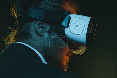 Foto de Retrato de vista lado del joven hombre con casco de realidad virtual - Imagen libre de derechos