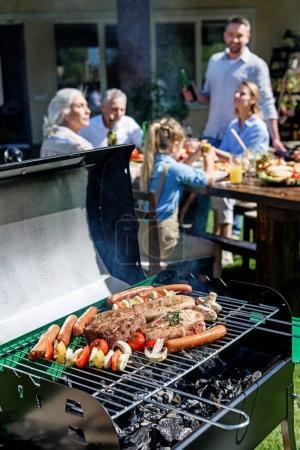 Cuisson de viande et légumes sur gril