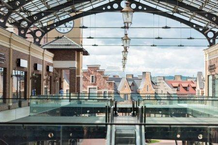Photo pour Passage et escalier en centre commercial moderne vide dans la journée - image libre de droit