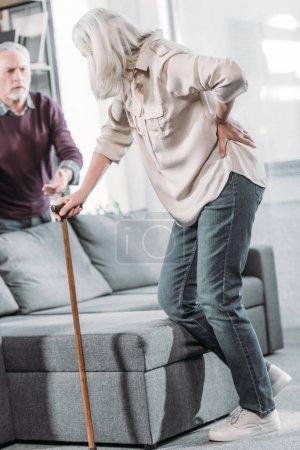 Photo pour Femme âgée avec bâton de marche souffrant d'une forte douleur au dos - image libre de droit