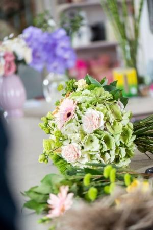 Photo pour Vue rapprochée du beau bouquet floral dans la boutique de fleurs - image libre de droit