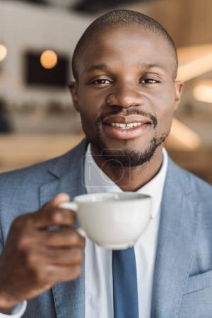 Photo pour Beau sourire boire un café au café africain-américain homme d'affaires - image libre de droit