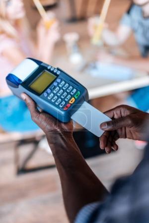 Kellner macht Kreditkartenzahlung