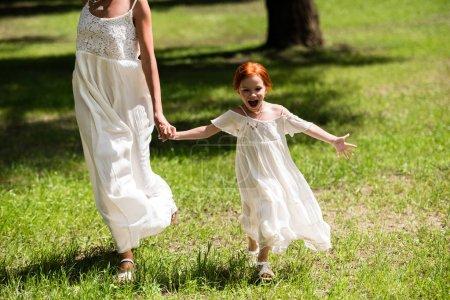 mère et fille marche dans le parc