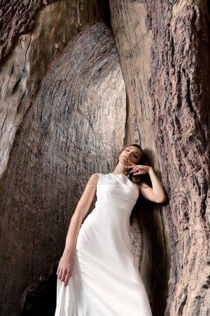 Photo pour Séduisante femme séduisante posant en robe blanche - image libre de droit