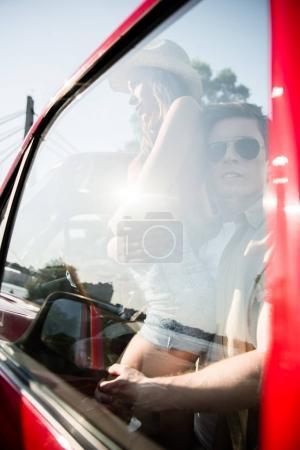 Photo pour Élégant jeune couple derrière la fenêtre de la voiture - image libre de droit