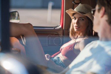 Photo pour Jeune couple en voyage sur la route parler en voiture - image libre de droit