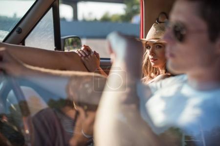 Photo pour Attrayant jeune couple en voiture road trip - image libre de droit