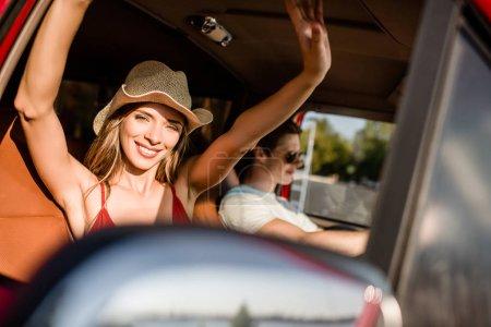 Photo pour Heureux jeune couple en voiture road trip - image libre de droit