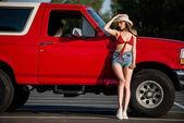 """Постер, картина, фотообои """"женщина позирует рядом с классических автомобилей"""""""