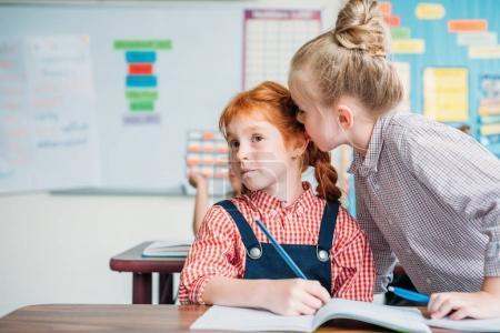 Photo pour Belles petites filles bavardant en classe - image libre de droit