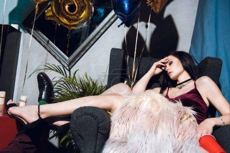 Photo pour Élégant ivre femme dormir dans le fauteuil après la fête - image libre de droit