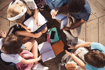 Foto de Vista aérea de adolescentes multiétnicos estudiar juntos - Imagen libre de derechos