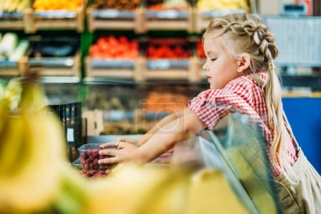 kid in grocery shop
