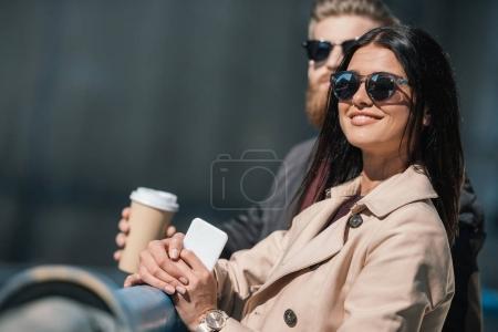 Photo pour Couple heureux passer du temps ensemble à l'extérieur - image libre de droit